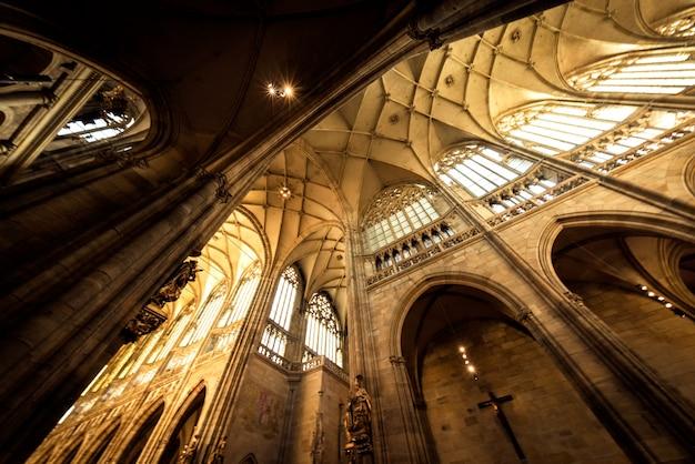 Hauptschiff der st. vitus kathedrale. prag, tschechische republik