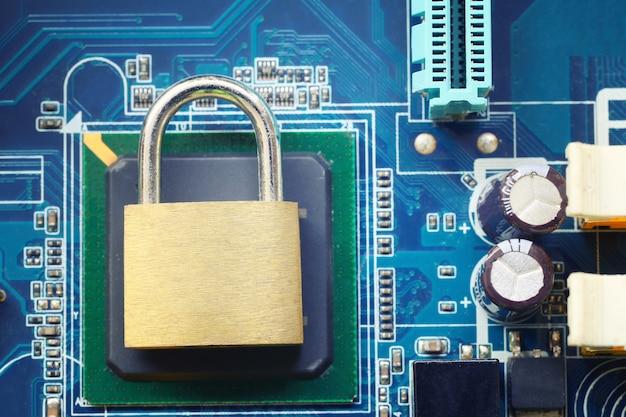 Hauptschlüssel oder goldenes vorhängeschloss auf elektronischen motherboards