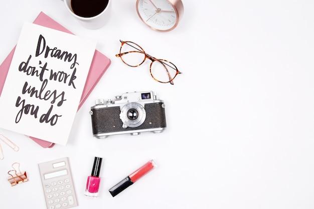 Hauptschreibtischarbeitsplatz der frauen auf weißem hintergrund. kreatives stilvolles blogger-konzept.