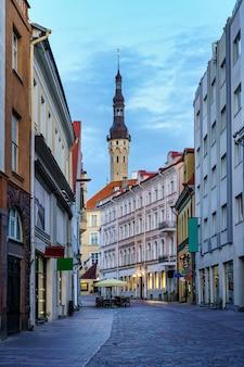 Hauptstraße der stadt tallinn in richtung rathaus estland