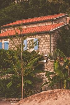 Haus am strand bei sonnenuntergang, montenegro