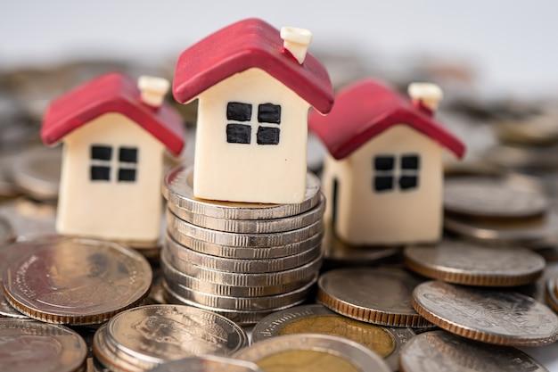 Haus auf stapelmünzen, hypotheken-wohnungsbaudarlehensfinanzierungskonzept.