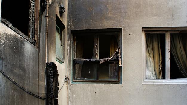 Haus, das nach einem großen brand verlassen wurde