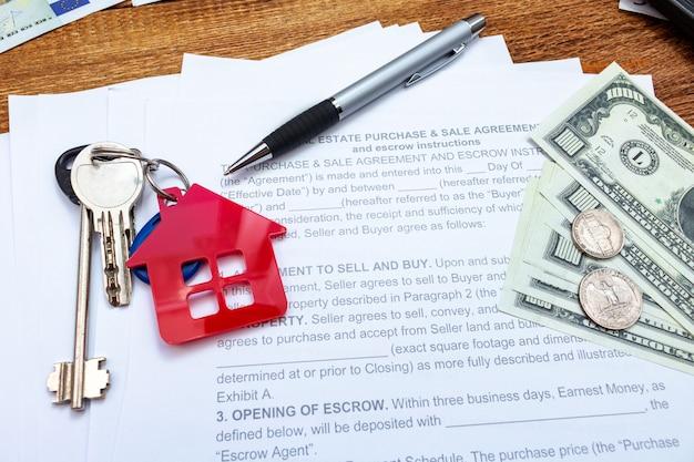 Haus, haus, eigentum, hölzerner hintergrund der immobilienkaufkauf-verkaufsvertragsvereinbarungsstiftgeldmünzen-schlüssel, ausgaben, kaufen, investition, finanzierung, einsparungen, naher hoher selektiver fokus des konzeptes