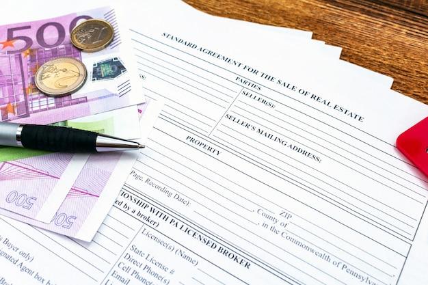 Haus, haus, eigentum, immobilienkauf kaufkaufvertrag mit stift, geld, münzen, schlüsseln.