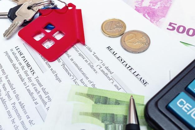 Haus, haus, eigentum, immobilienmietvertrag mit stift, geld, münzen, schlüsseln, taschenrechner.