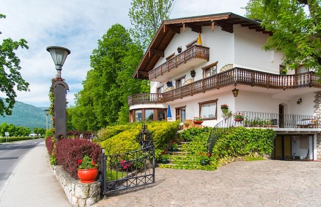 Haus im europäischen stil in der sommerzeit