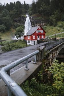 Haus im norwegischen stil nahe der brücke