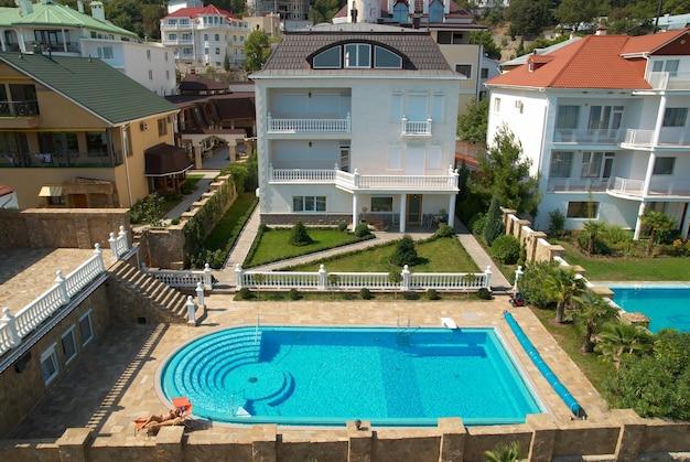 Haus mit dem blauen pool im hof