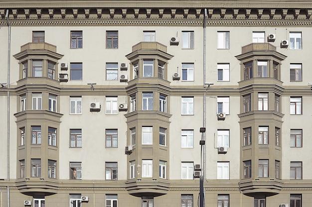 Haus mit erkerfenstern im stadtzentrum von moskau