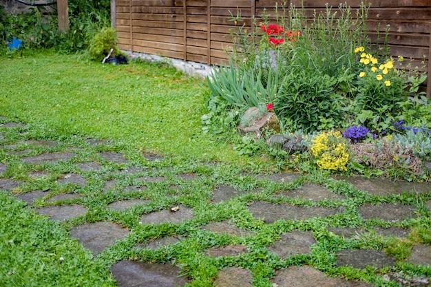 Haus mit lilien, rosen, astern und anderen blumen