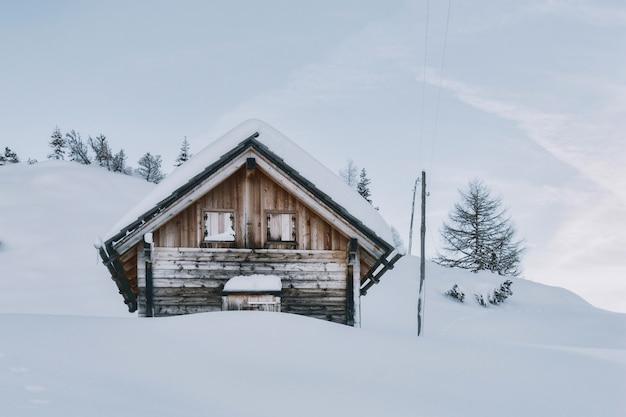 Haus mit schnee bedeckt