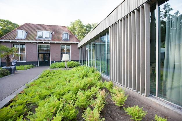 Haus mit schönem scandi zeitgenössischen stil und innenraum des wohnzimmers