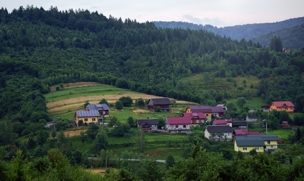 Haus mit sonnenkollektoren auf dem land der ukraine - blick auf häuser in einem kleinen dorf im berg