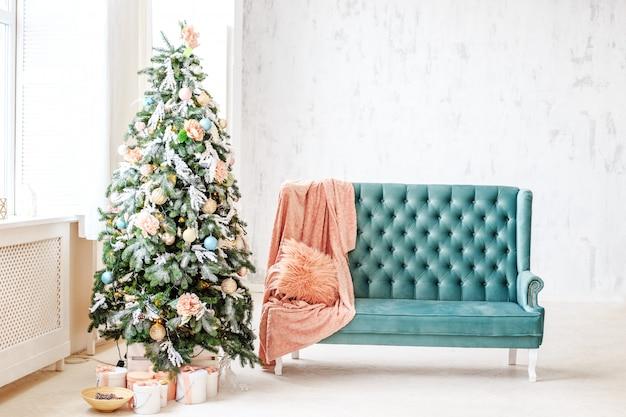 Haus mit weihnachtsbaum und geschenken.