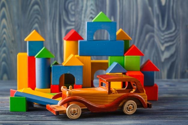 Haus und auto aus holz