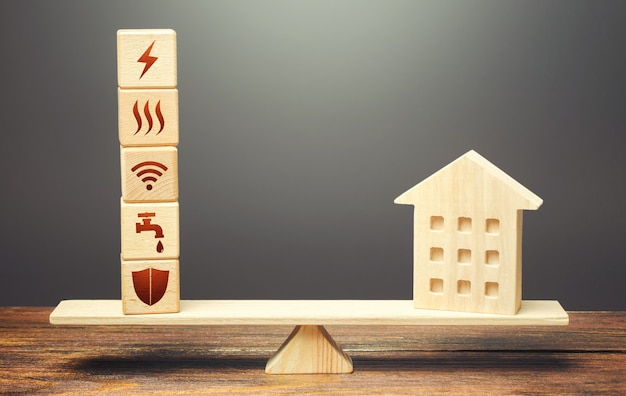 Haus und häuserblöcke mit symbolen für den öffentlichen dienst auf waagen. haus ist zu groß und seine wartung