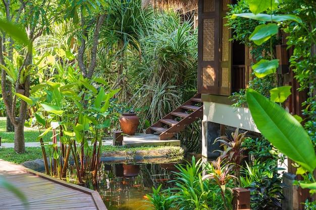Haus und teich im tropischen garten auf der insel koh phangan, thailand