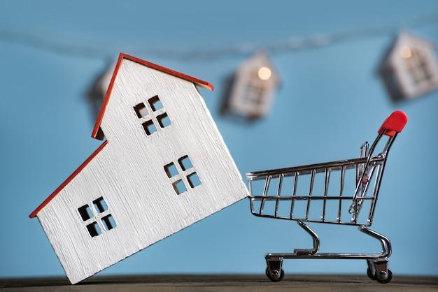 Haus und warenkorb. hypothek kauf hauskonzept.