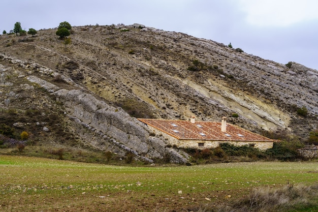 Haus versteckt zwischen felsen und steinen in den bergen. spanien.