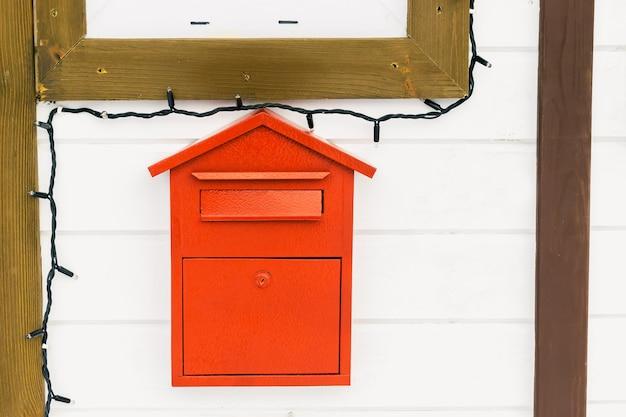 Haus-weihnachtsmann-struktur mit rotem postbriefkasten beschriftet stadtpark weihnachten weihnachten neues jahr