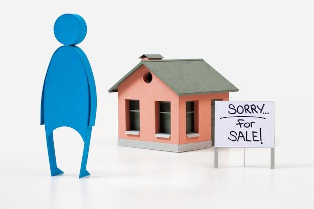 Haus zum verkauf und blaue figur