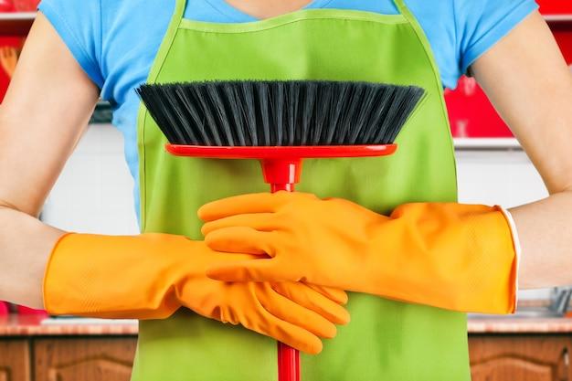 Hausarbeit reinigen besen in den händen
