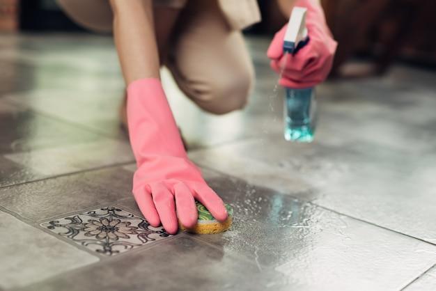 Hausarbeit und hauswirtschaftskonzept. frau putzt den boden mit mopp drinnen