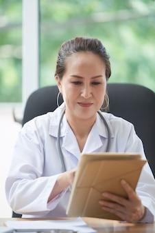Hausarzt bei der arbeit