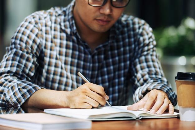 Hausaufgaben machen im café