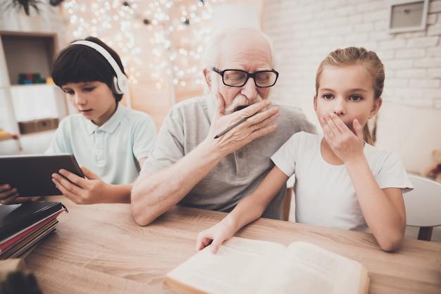 Hausaufgabenfehler opa liest mit enkelin.