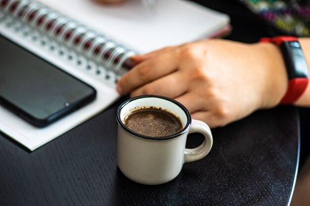Hausaufgabenkonzept mit tasse kaffee