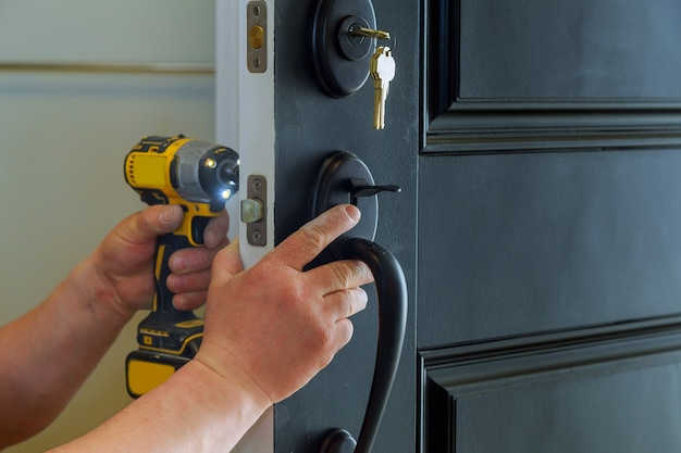 Hausaußentür mit den inneren innenteilen des schlosses, die von einem professionellen schlosser sichtbar sind