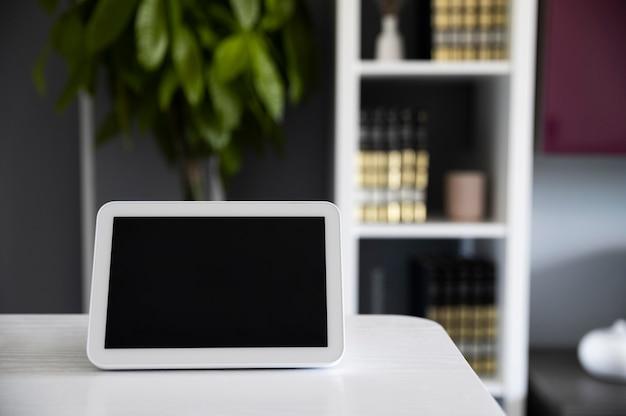 Hausautomation mit gerät auf dem schreibtisch