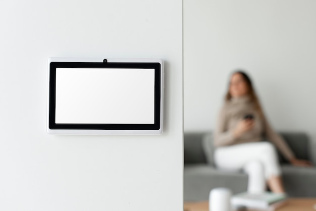 Hausautomations-panel-monitor an einer wand