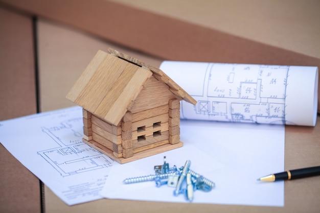Hausbau auf bauplänen mit arbeiter - bauprojekt