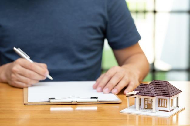 Hausbesitzer wählten die refinanzierung des hauses und überprüften die zinssätze und monatlichen zahlungen. wohnungsbaudarlehen vom bankkonzept