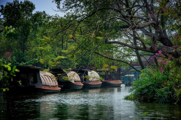 Hausboot in thailand. früher wurde er zum reistransportieren verwendet.