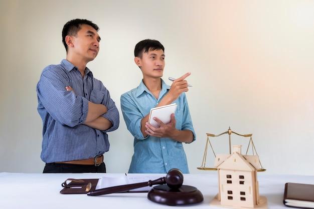 Hauseigentümer besprechen mit rechtsanwalt über wohnungsgesetz