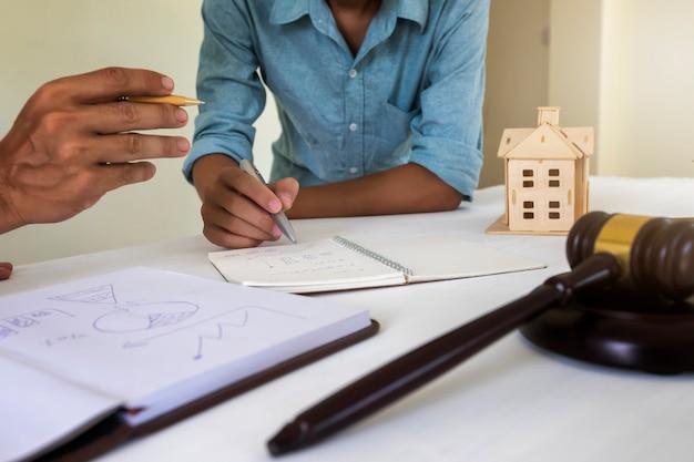 Hauseigentümer besprechen mit rechtsanwalt über wohnungsgesetz.