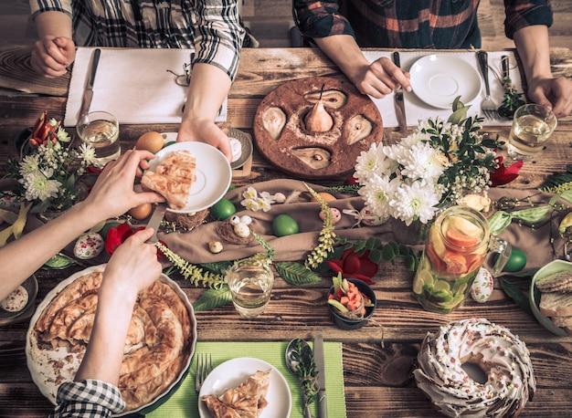 Hausfeier von freunden oder familie am festlichen tisch