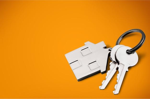 Hausförmiger schlüsselanhänger und schlüssel isoliert auf