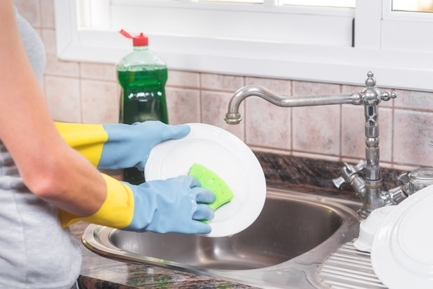 Hausfrau beim abwasch in der küche