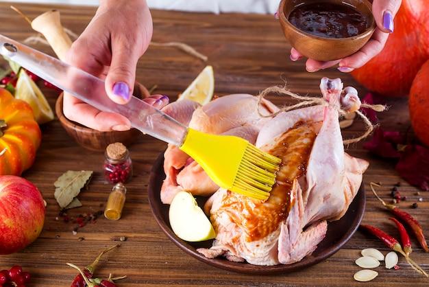 Hausfrau bereitet brathähnchen zu