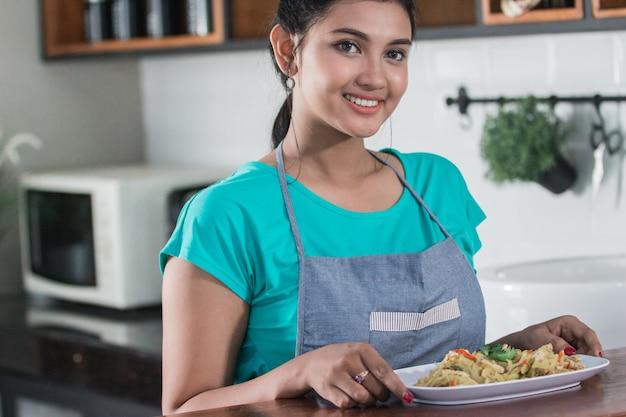 Hausfrau bereitet essen zum mittagessen vor