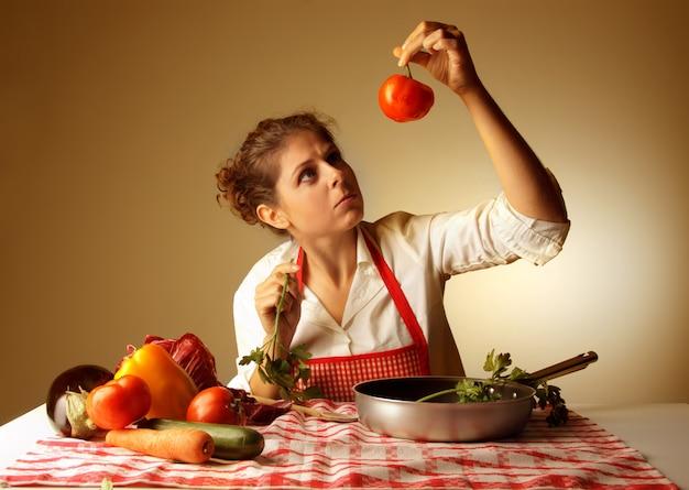 Hausfrau, die gemüse auf rezept überprüft