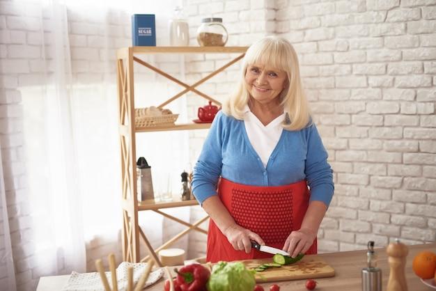 Hausfrau, die gesundes inländisches lebensmittel zubereitet
