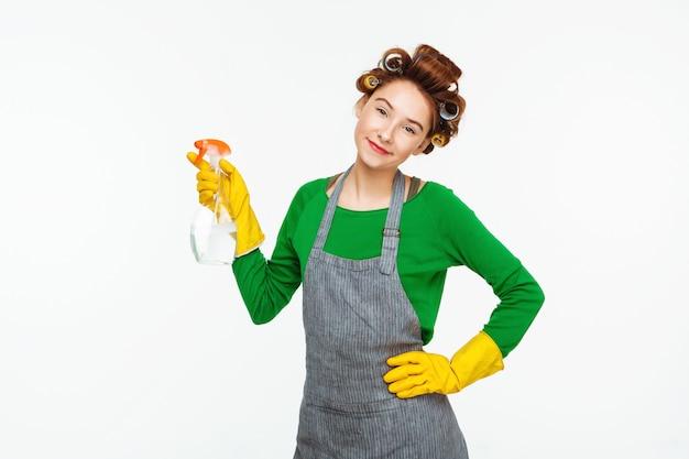 Hausfrau halten mit heller flasche in grünem gummi