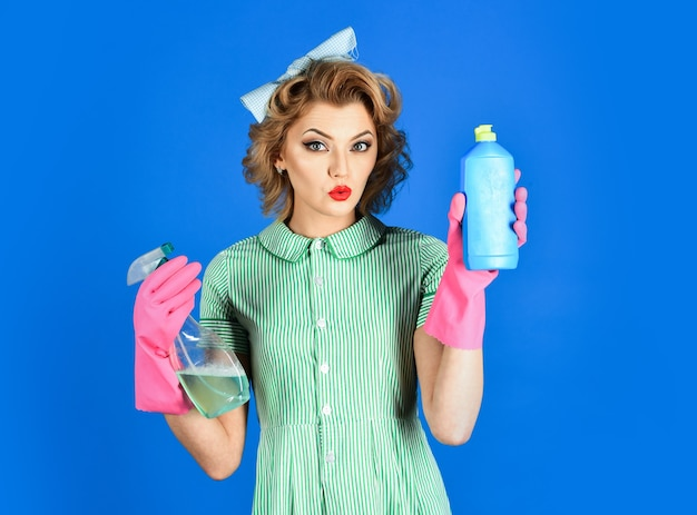 Hausfrau isoliert frau haushälterin in uniform mit sauberen spray schwamm reinigung reinigungsdienste frau geschlecht reinigung retro-stil reinheit hausfrau halten suppe flasche schwamm
