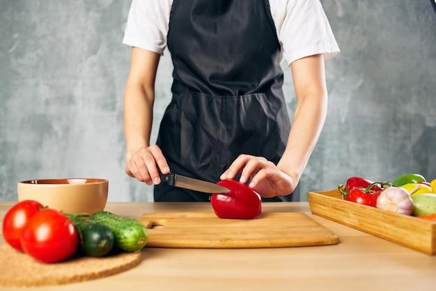 Hausfrau kocht gesunde ernährung salatdiät